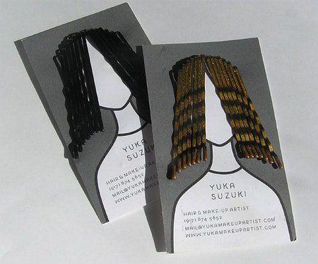Đính kèm kẹp tóc vào tấm danh thiếp của nhà tạo mẫu tóc