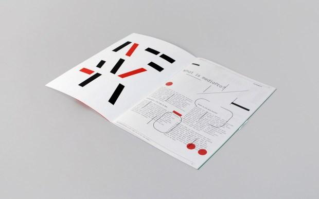 brochure đẹp được chú trọng vào màu sắc, sự phân bố cấu trúc