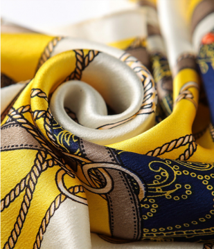 quyến rũ với khăn in lụa vàng