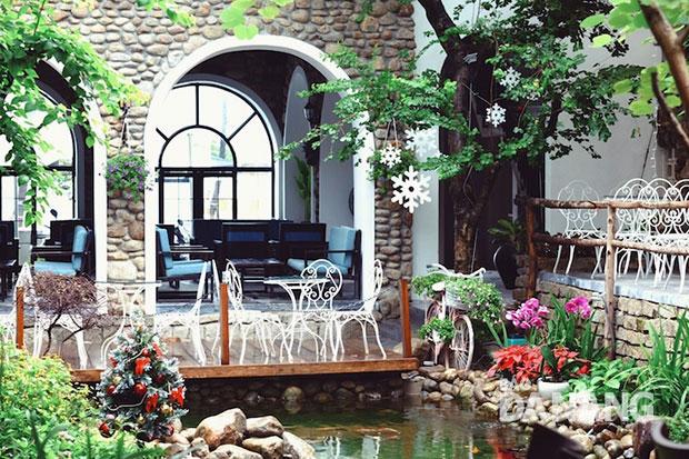 thả hồn vào không gian lãng mạn ở quán cà phê nhé !